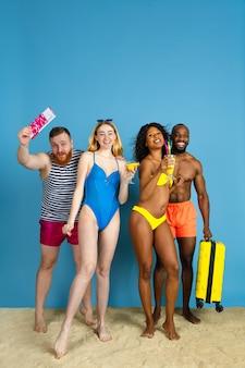 휴식을위한 최고의 팀. 휴식과 블루 스튜디오 배경에 재미 행복 젊은 친구. 인간의 감정, 표정, 여름 방학 또는 주말의 개념. 진정, 여름, 바다, 바다.