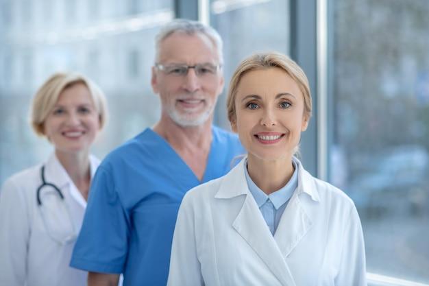 Лучшая команда. группа улыбающихся врачей, позирующих в камеру