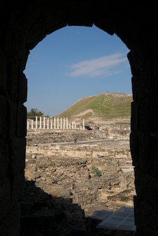 アーチ、bet she'an国立公園、ハイファ地区、イスラエルを通って見られる遺跡の遺跡
