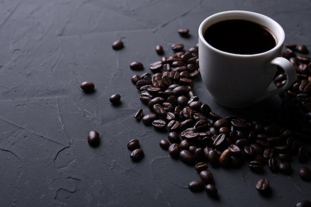 コーヒーカップと古い灰色キッチンbeton、ロックテーブルの豆。あなたのテキストのcopyspaceで