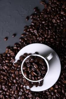 Кофейная чашка и фасоли на старой серой кухне beton, таблице утеса. вид сверху с copyspace для вашего текста