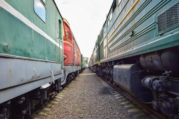 2つの古い列車の間のヴィンテージ列車の車の間