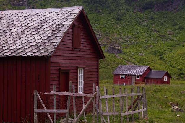 ノルウェーの山々の間、ノルウェーで訪問する魔術の場所。