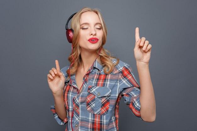 Красивая девушка наслаждается музыкой