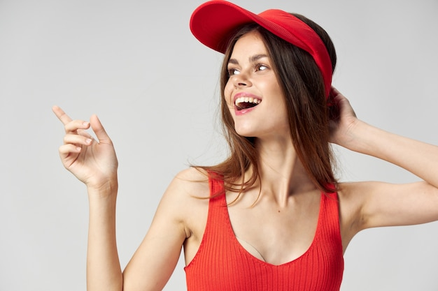 Красивая женщина в красной шапочке