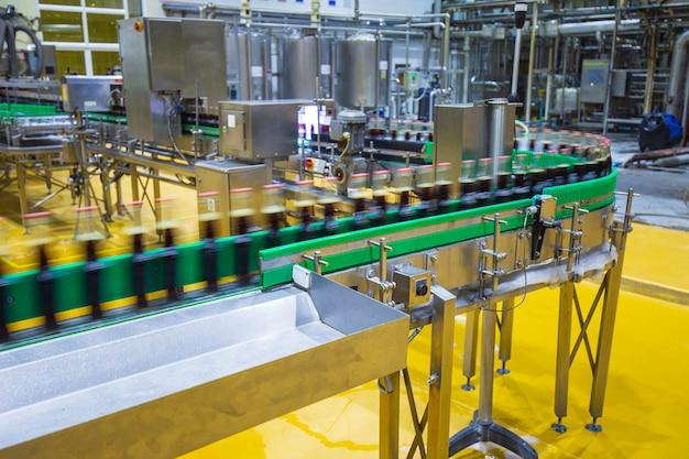 음료 공장 내부입니다. 탄산수 병으로 흐르는 컨베이어.