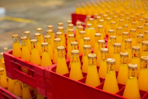 음료 공장 내부입니다. 주스 또는 물을 위한 병으로 흐르는 컨베이어.