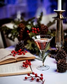 Bevanda servita in bicchiere e libri