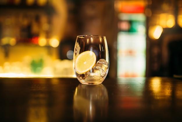 レモンとアイスキューブのスライス入り飲料