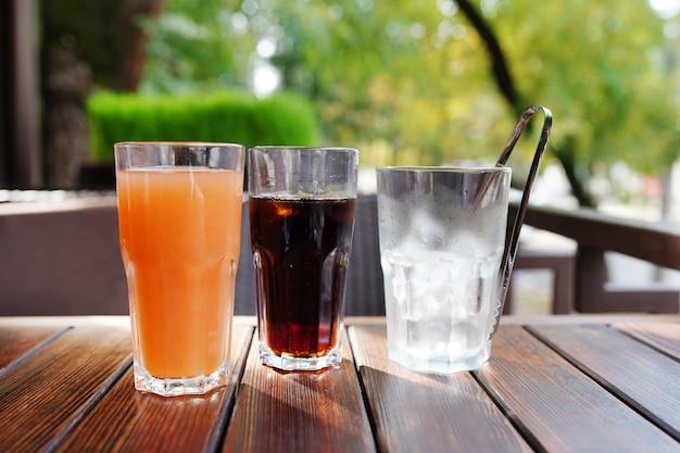 Напитки на фоне деревянного стола в кафе.