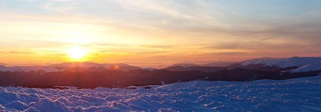 늦은 저녁 눈 덮인 계곡의 산과 언덕의 매혹적인 아름다운 전망. 겨울 시골과 겨울 주말 휴식의 아름다움 개념. copyspace