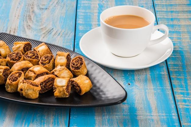 Бхакарвади, также называемый бакарвади или спринг-ролл, - это традиционная сладкая и острая закуска к чаю, возникшая в пуне, штат махараштра.