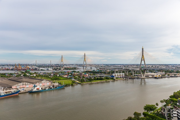푸미 폰 브릿지는 태국에서 가장 아름다운 다리 중 하나이며 방콕의 지역 전망입니다.