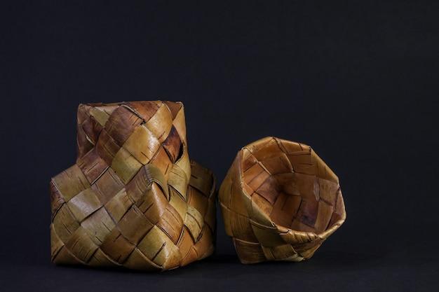 テキストのための場所で、黒のbiの樹皮の枝編み細工品バスケット。ロシアの伝統