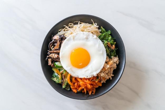 비빔밥, 쌀과 계란 후라이가 들어간 매운 샐러드-전통 한식 스타일
