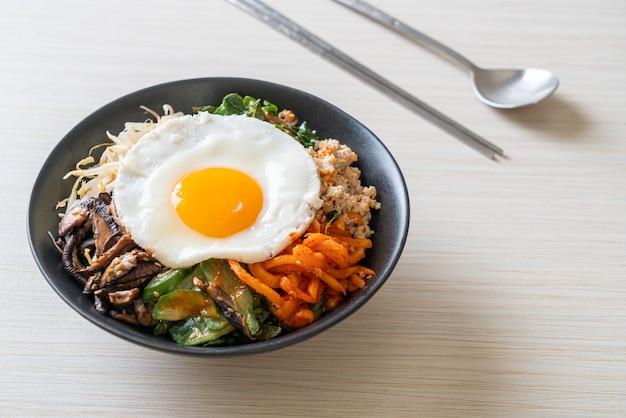 비빔밥, 쌀과 계란 후라이를 곁들인 한국식 매운 샐러드 - 전통 한국 음식 스타일