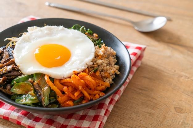 ビビンバ、ご飯と目玉焼きの韓国風スパイシーサラダ