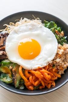 비빔밥, 한국식 매콤한 밥과 계란 후라이 샐러드