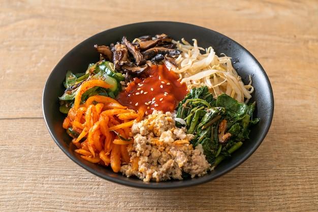 ビビンバ、韓国のスパイシーサラダと丼-伝統的な韓国料理のスタイル