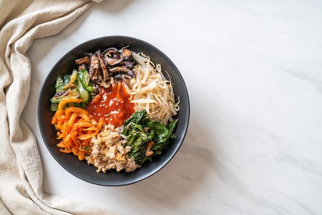 비빔밥, 밥 그릇과 함께 한국 매운 샐러드 - 전통 한국 음식 스타일 프리미엄 사진