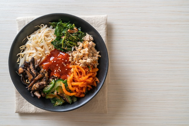 Пибимпап, корейский острый салат с миской риса