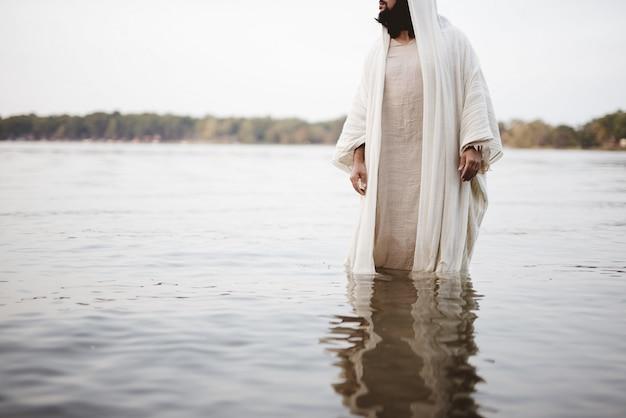 물 속에 서있는 예수 그리스도의 성경적 장면