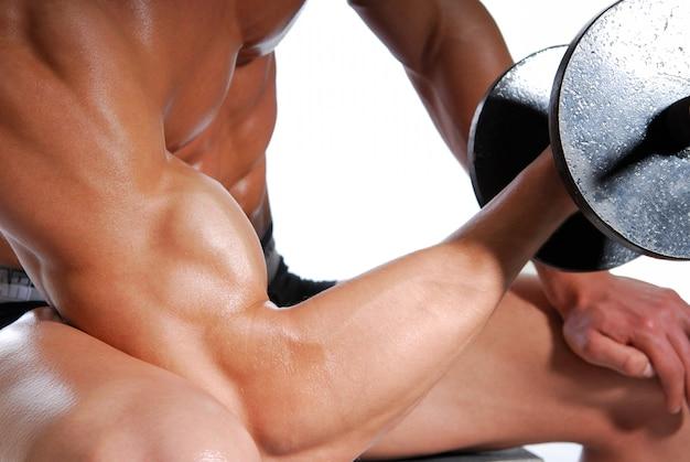 上腕二頭筋。男性のために運動するスポーツ。白で隔離されます。