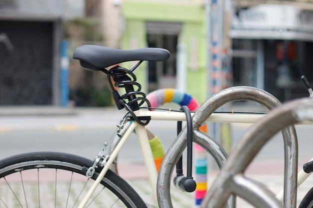 Bicicleta no estacionamento