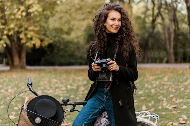 自転車代替輸送とカメラを保持している女性