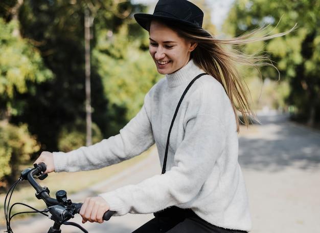 自転車代替輸送と見下ろす女性