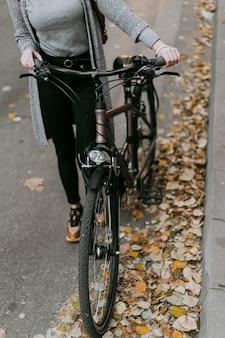 Alta vista di trasporto alternativo della bicicletta