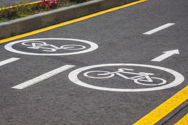 현대 유럽 리조트에서 표시가있는 자전거 아스팔트 트랙