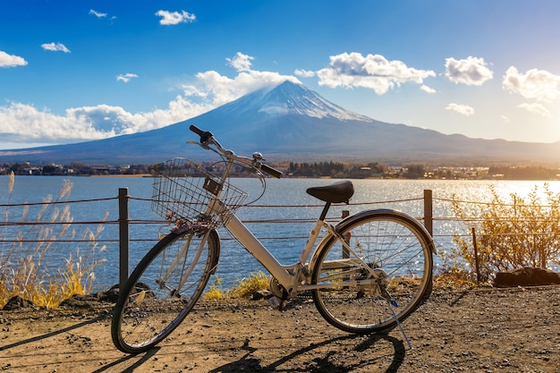 河口湖と富士山の自転車。
