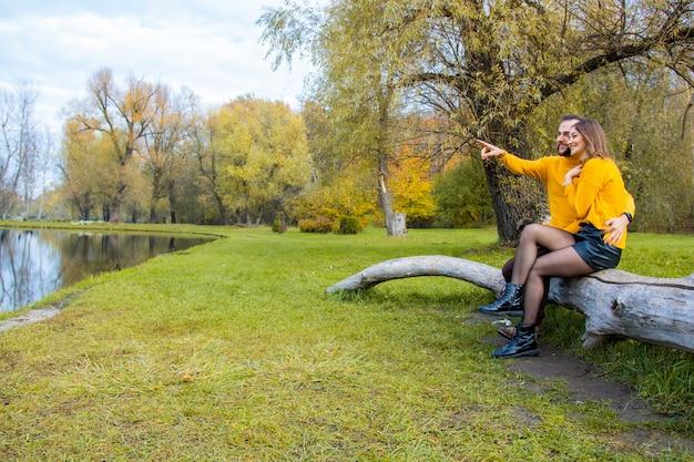 屋外の自転車自転車公園の女性