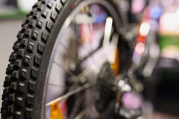任意の自転車のコンセプトのホイールの自転車の黒いホイールのクローズアップ修理