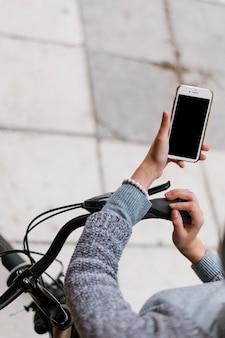 Городская жизнь велосипедов и смартфон высокий вид