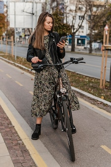 携帯電話を閲覧する自転車都市生活