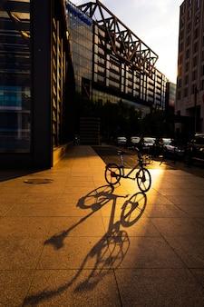 夕日に照らされた自転車。都市景観。