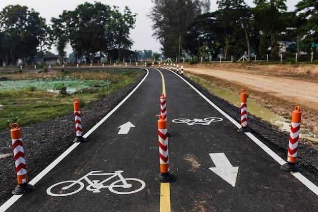 사이클링을위한 자전거 차선은 2 개의 차선으로 나뉩니다