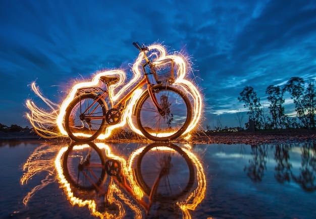 自転車のライトペインティングと水の反射