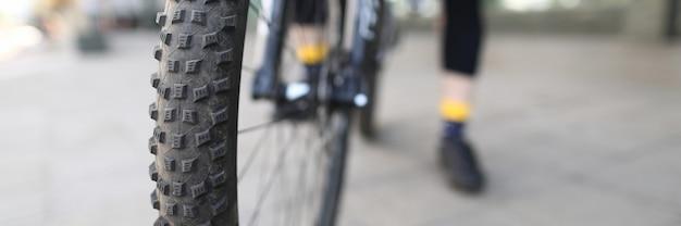 Велосипедов человек фон. спортивное оборудование.