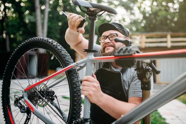 自転車整備士はツールバイクシートで調整します