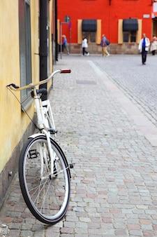Велосипед у стены в старом городе стокгольма, швеция