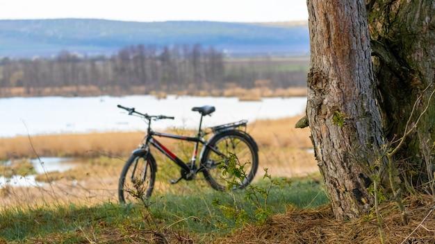 川の背景に自転車、野外活動