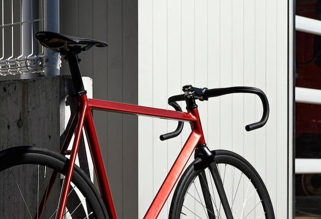 通りの屋外の自転車