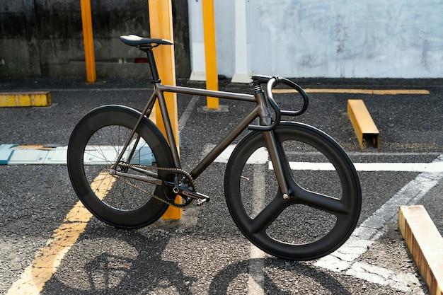 Bicicletta all'aperto in strada