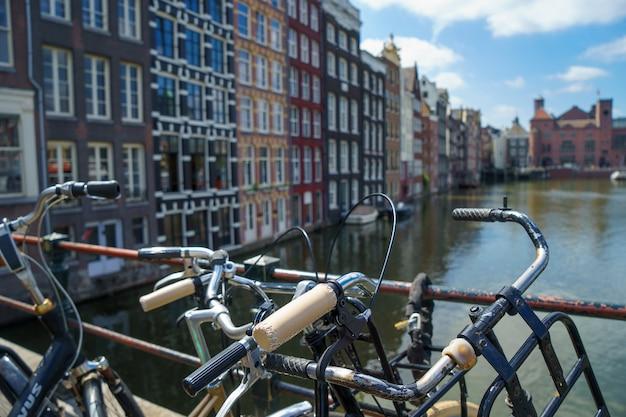 アムステルダムのぼやけた運河の上の自転車、ヴィンテージの暖かいトーン