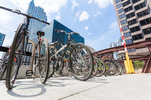 고층 빌딩 사이의 자전거 주차장.