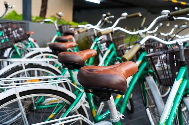 駐輪場。レンタサイクル。駐車場にある同じ自転車。