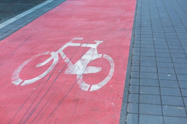 赤でハイライトされた歩道の自転車道。